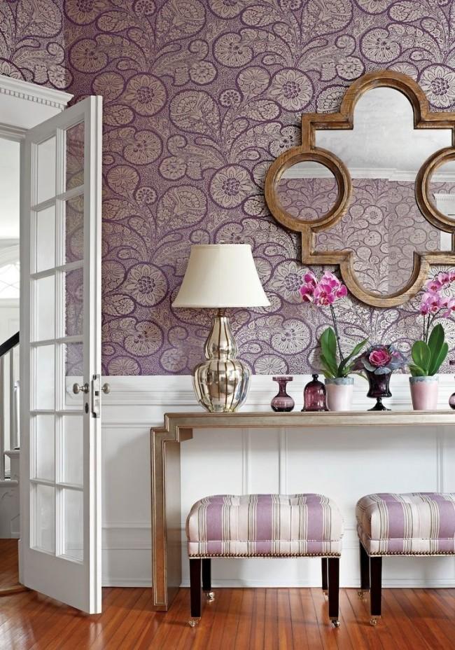 Au-dessous du niveau de la table - une peinture pratique des murs, au-dessus, séparés par un papier peint mouluré