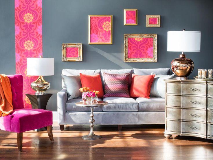 La combinaison de papier peint avec un insert vertical étroit et des cadres photo a diversifié le salon gris