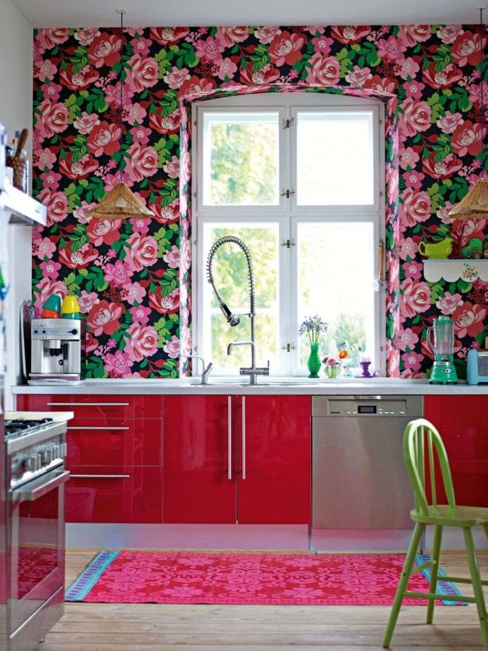 papier peint avec des fleurs dans la cuisine