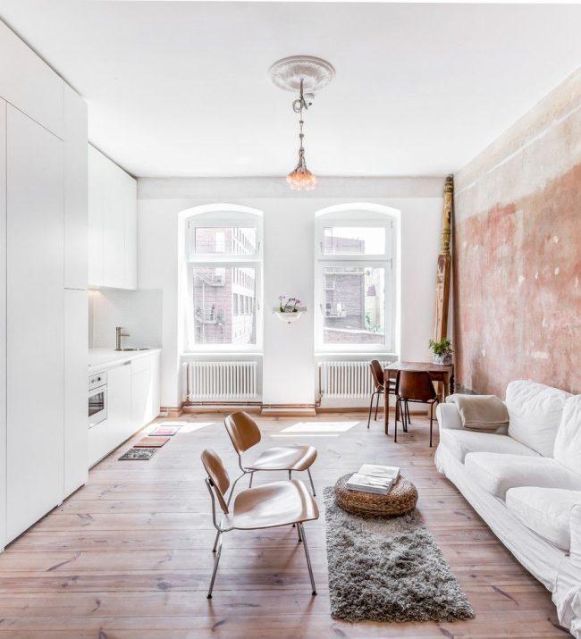 Les couleurs claires aideront à agrandir visuellement un petit appartement d'une pièce
