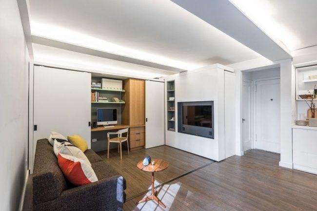 Un lieu de travail qui se cache dans une armoire convient à un appartement d'une pièce