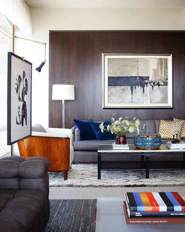 Salon confortable fini avec des panneaux de fibres de bois