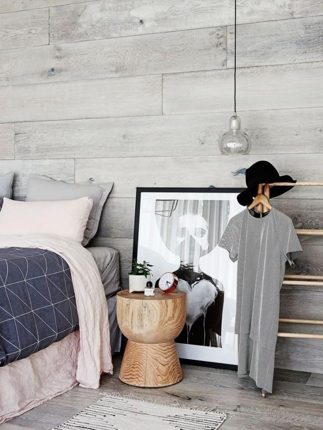 Belle chambre avec des murs à lattes de bois