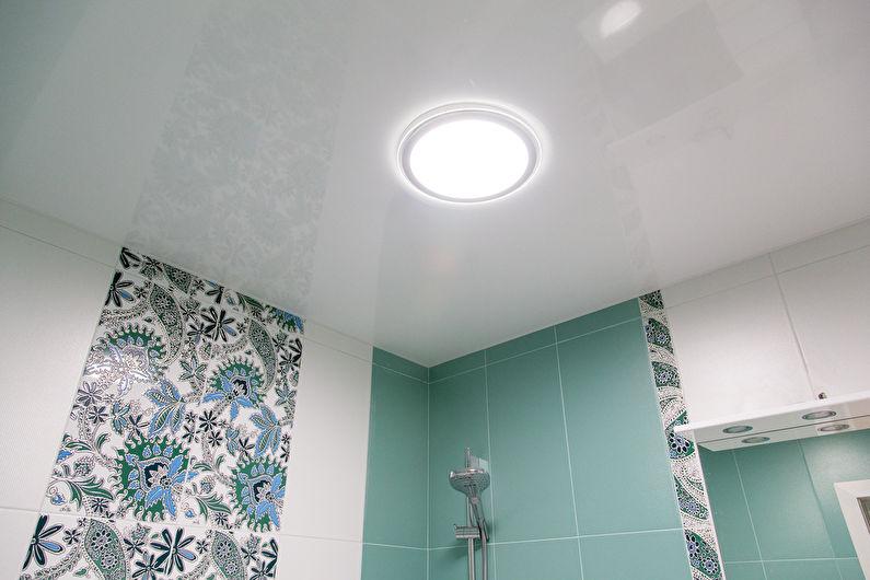 Conception de plafond dans une petite salle de bain