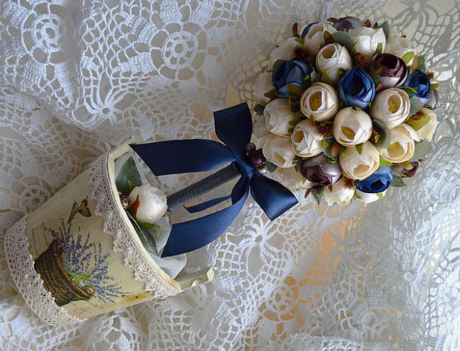 Comment créer un topiaire domestique.  Topiaire romantique de boutons de fleurs bleu, blanc et bordeaux, décoré d'un nœud en satin et de la dentelle