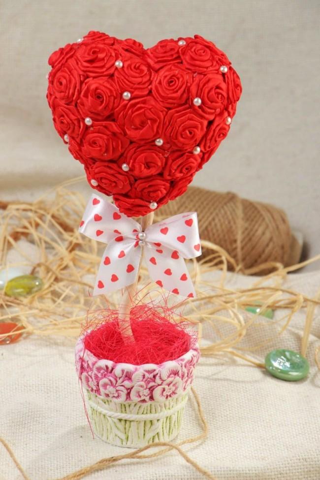 Comment créer un topiaire domestique.  Topiaire, fabriqué à partir de l'attirail indispensable de la Saint-Valentin: rouge, coeurs et nœuds