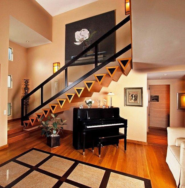 Un escalier moderne est un meuble durable et écologique qui, en plus de tout, se démarquera efficacement sur le fond d'un mur de lait.