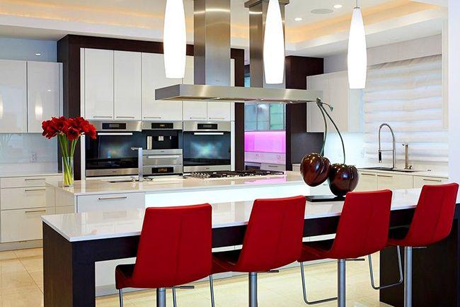 L'intérieur, construit sur le contraste, est agréable à regarder.  Par conséquent, la couleur du wengé dans la cuisine, associée à des meubles et des appareils légers, sera un excellent choix.