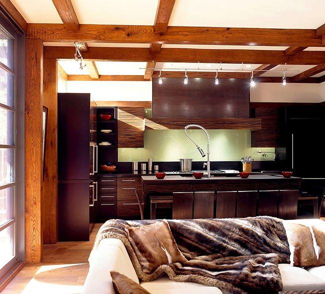 La cuisine avec des meubles de couleur wengé a une apparence agréable, et ça sent une sorte de nouveauté, de modernité.