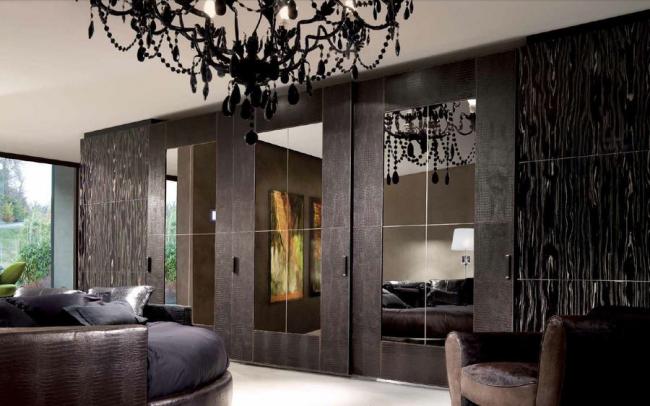 Ensemble de façade: miroir en bronze avec cutter;  monture en cuir de crocodile