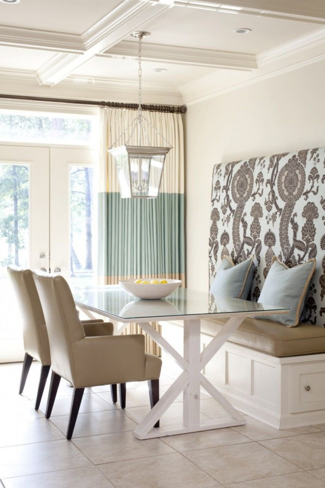 Les rideaux colorés reflètent l'ensemble de l'intérieur
