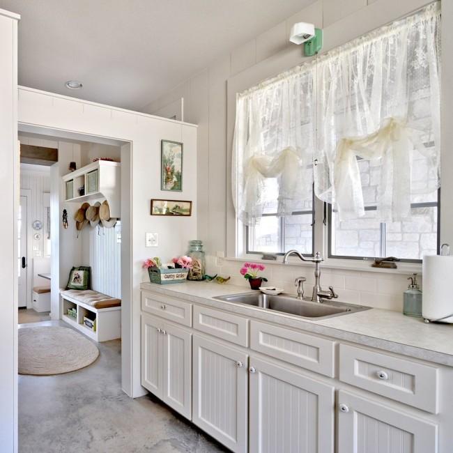 Les rideaux en tissu transparent clair conviennent bien à une cuisine légère