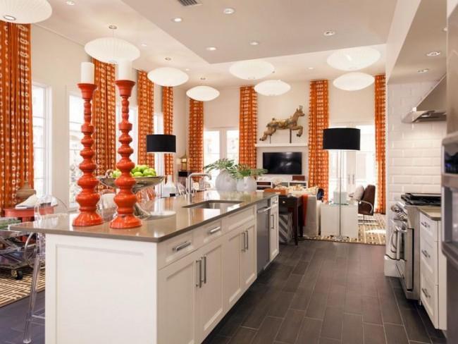 Les rideaux orange vif ajoutent de la couleur à l'image globale de la cuisine