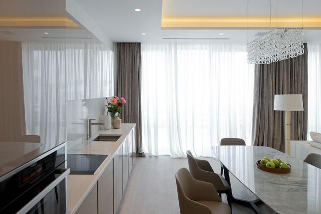 Les longs rideaux s'intègrent bien avec la conception générale de la cuisine