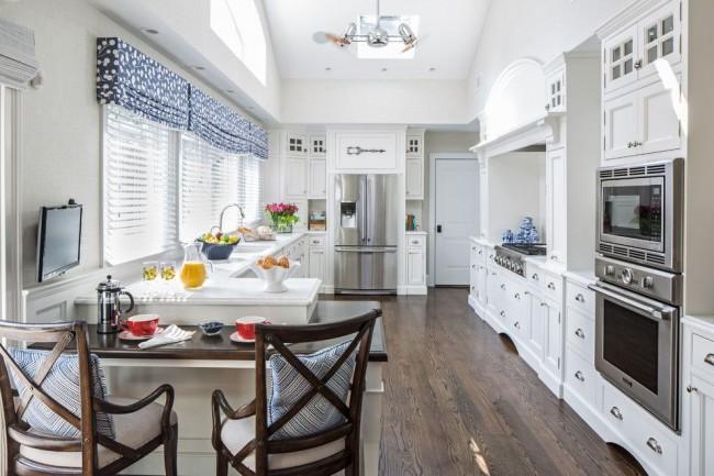 La cuisine ne sera pas monochromatique si vous choisissez des rideaux de la couleur d'un accessoire de la cuisine