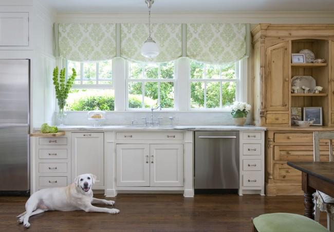 Des rideaux discrets s'adaptent à la fois à la cuisine et à la vue à l'extérieur de la fenêtre