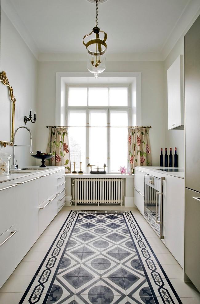 Petite cuisine confortable avec des rideaux courts sur les œillets