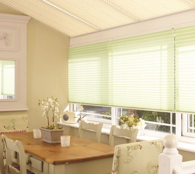 Les rideaux plissés peuvent convenir non seulement pour une fenêtre, mais aussi pour un toit en verre
