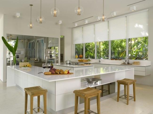 Les rideaux plissés blancs conviennent à une cuisine high-tech