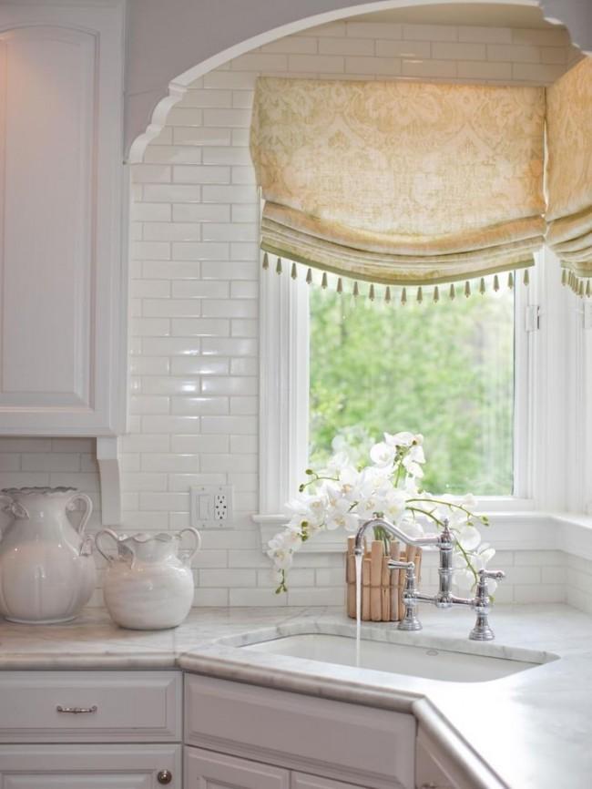 Les rideaux lumineux avec un motif classique ajoutent encore plus de tendresse à cette cuisine