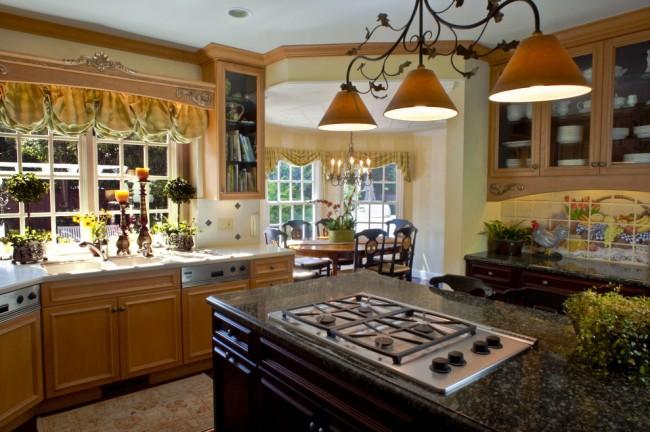 Les rideaux français conviennent le mieux au style classique de la cuisine.