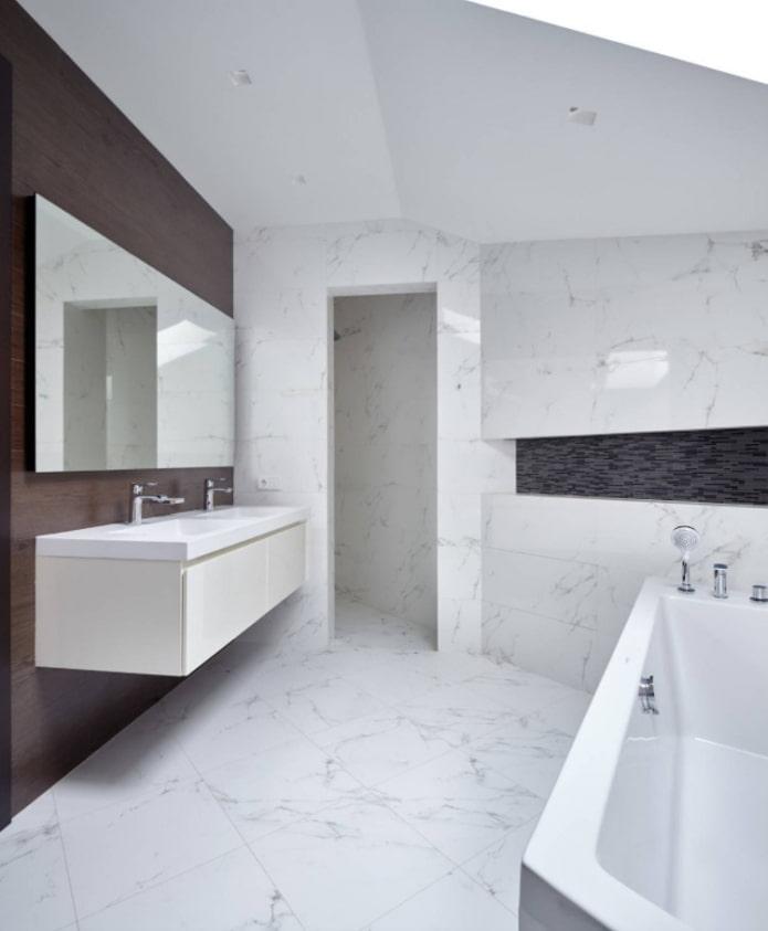 stratifié sur le mur de la salle de bain