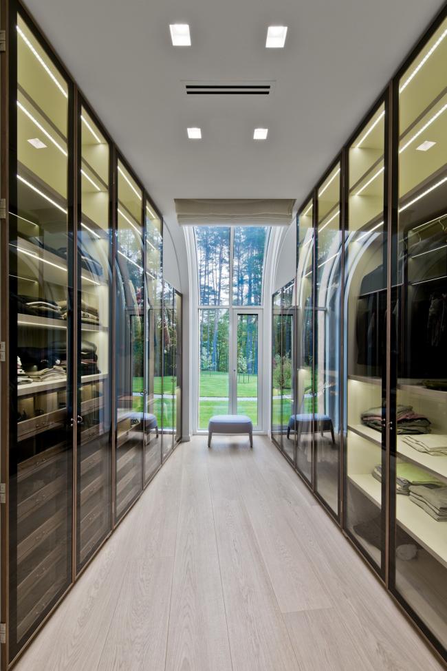Dressing allongé avec armoires transparentes des deux côtés de la pièce