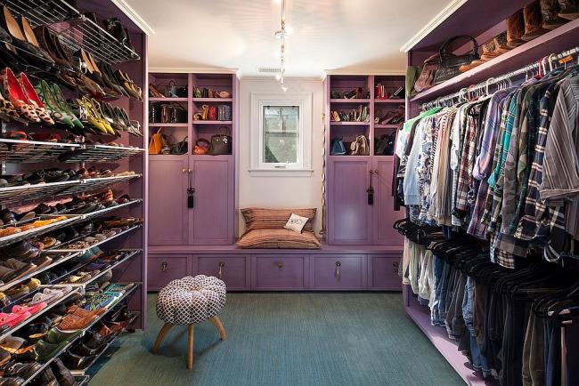 Un dressing éclectique avec beaucoup d'espace de rangement pour les chaussures et les vêtements avec accessoires