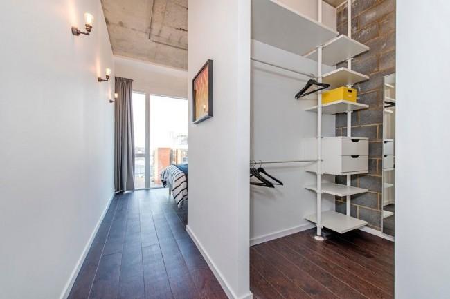 Un petit dressing peut être séparé de la chambre par un mur en plaques de plâtre