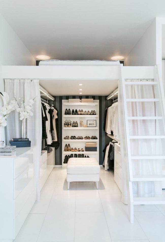 Dressing caché derrière des rideaux translucides blancs