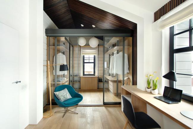 Un dressing séparé par des portes en verre convient aux intérieurs modernes