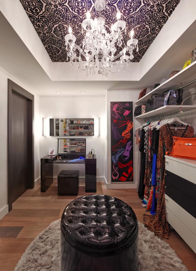 Dressing moderne et confortable avec un grand pouf en cuir au centre de la pièce