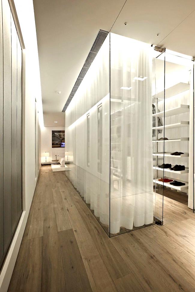 Dressing en verre avec rideaux translucides dans un intérieur moderne