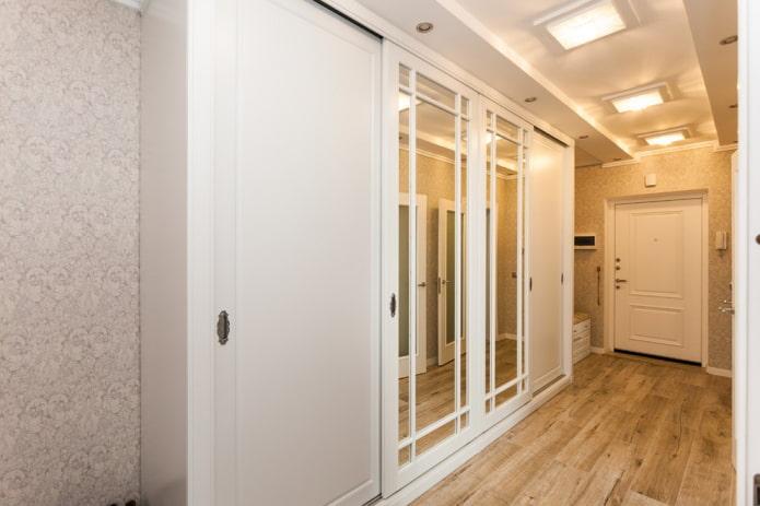 Armoire de toilette dans le couloir