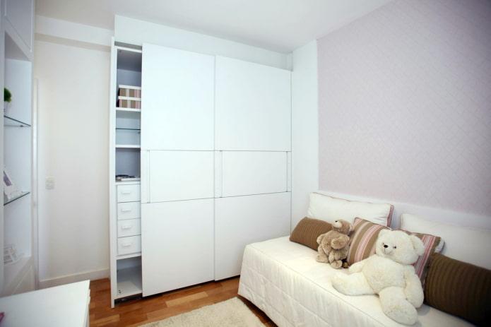 Armoire encastrée blanche dans la chambre d'enfant
