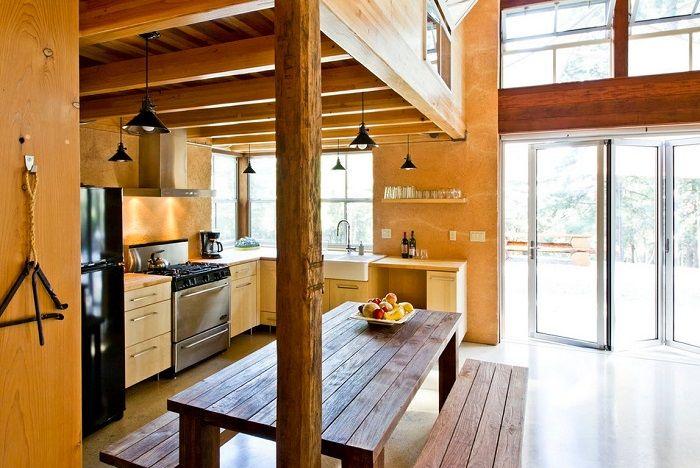 Ajoutez soigneusement du bois brut et non traité, une table en bois massif - et votre cuisine sera beaucoup plus proche de la nature.