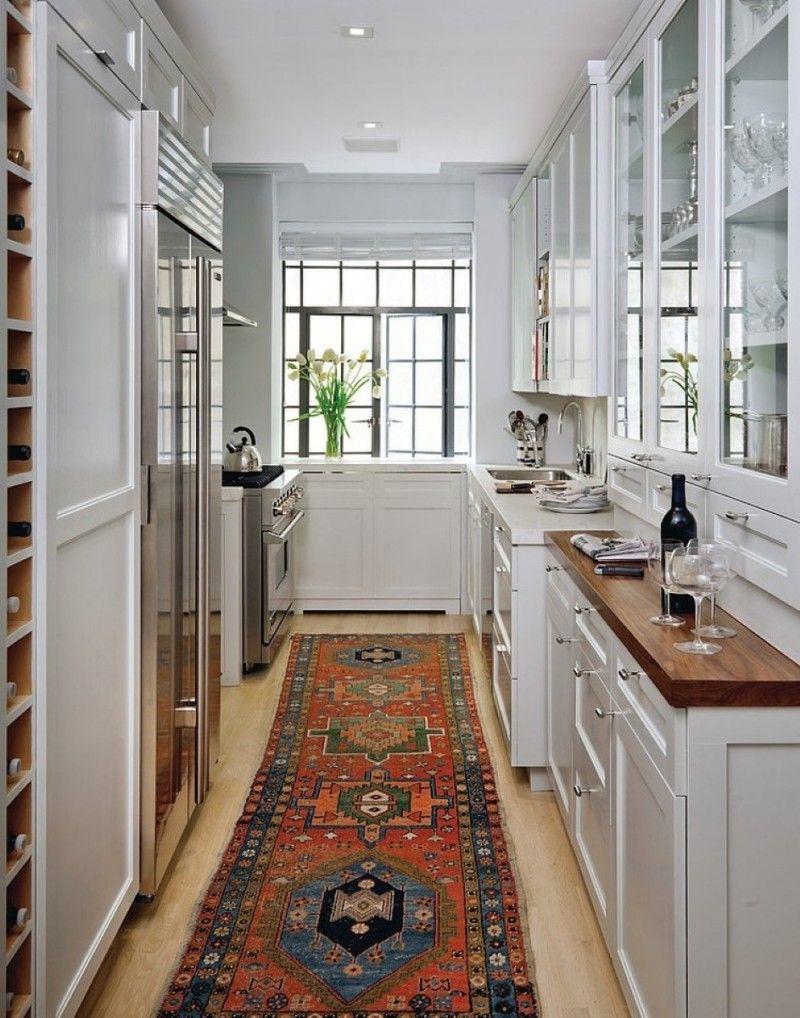 Les meubles de la cuisine allongée sont disposés sous la forme d'une lettre