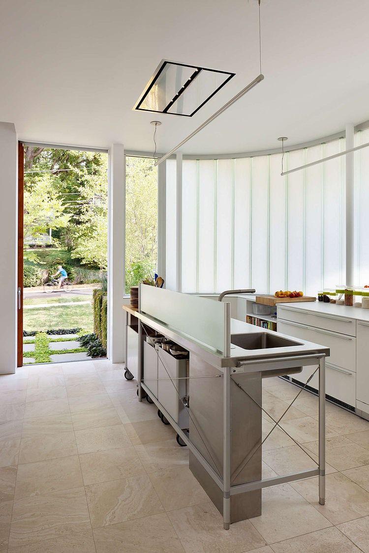 La table de cuisine fait un excellent travail de délimitation de l'espace