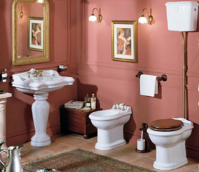 Bel intérieur des toilettes avec des éléments baroques
