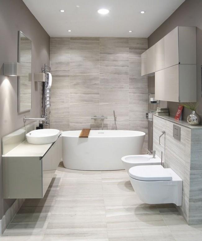Salle de bain combinée avec un WC, dans un style moderne.  Revêtement mural -
