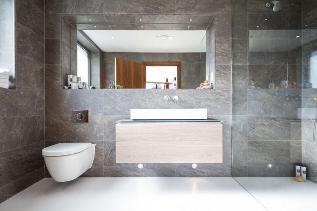 La cabine de douche en verre ajoutera visuellement de l'espace à votre salle d'hygiène