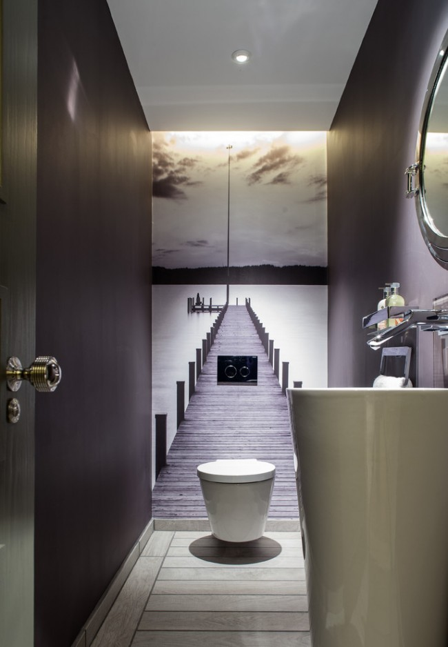 Les peintures murales à l'intérieur des toilettes aideront à agrandir visuellement l'espace