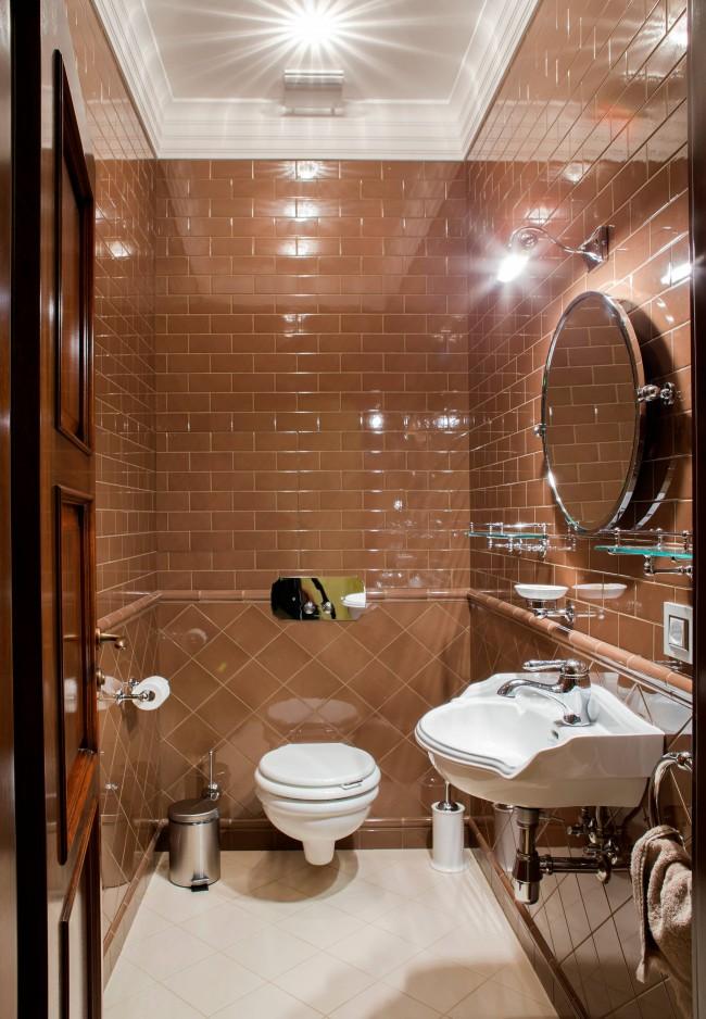 Idée avec des carreaux de terre cuite brillants.  Une petite toilette n'est pas une phrase si la conception des carreaux et des équipements sanitaires est harmonieusement combinée