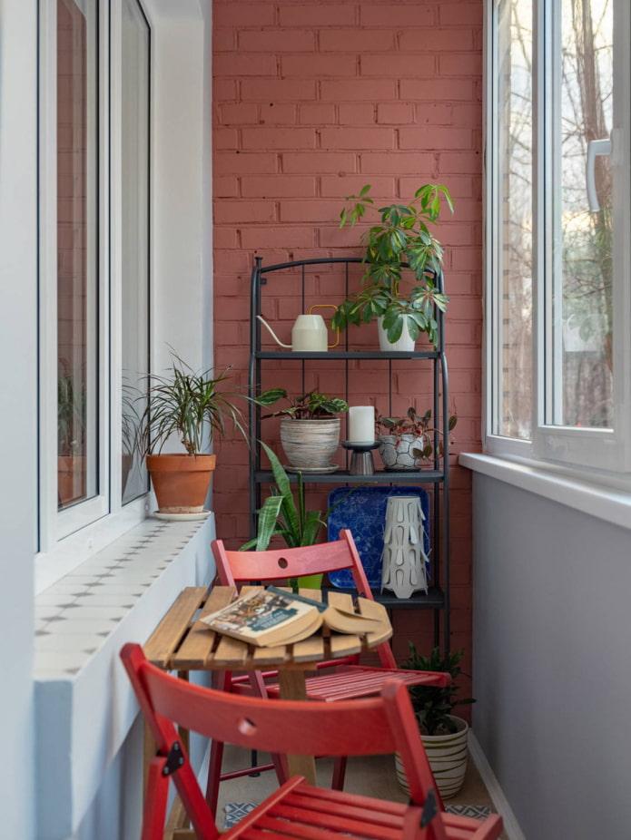 Rayonnage et coin salon sur le balcon dans le style loft