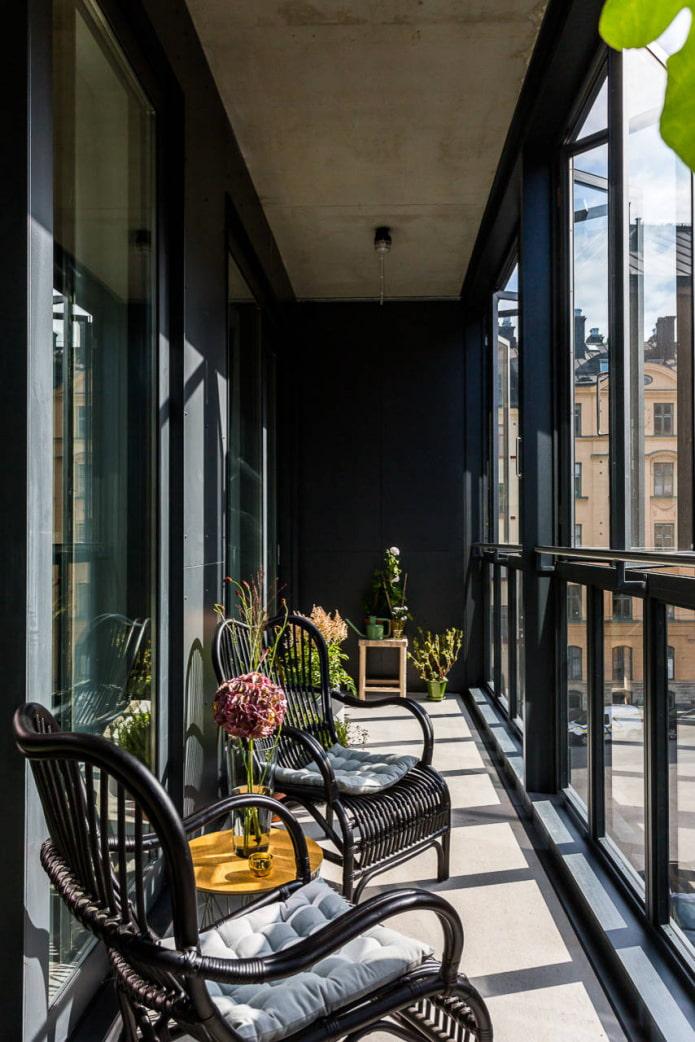 Balcon de style loft noir