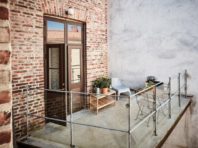 Balcon ouvert dans le style loft