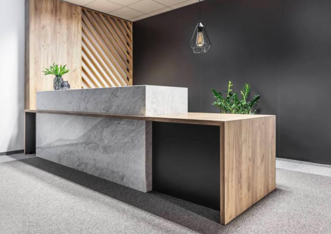 Projet de design moderne de l'espace cuisine avec une combinaison harmonieuse de divers matériaux