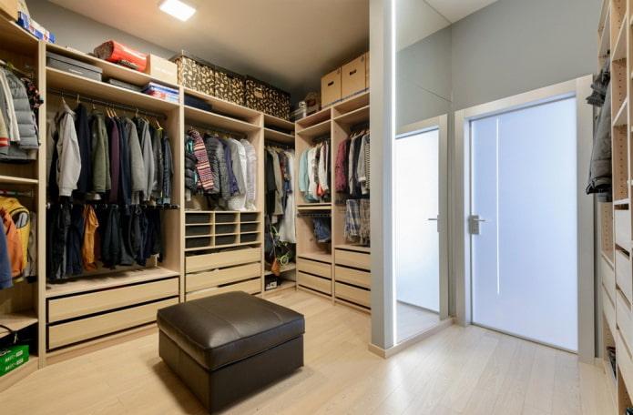 conception de garde-robe dans une pièce séparée