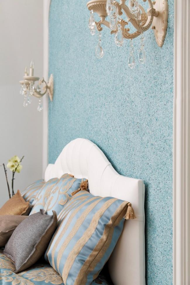 La touche finale de la conception de la chambre a été la formation de la tête de lit du lit avec du papier peint liquide.