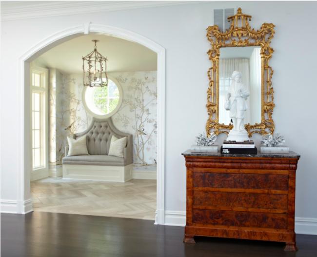 Le papier peint liquide dans un design laconique peut mettre en valeur n'importe quel intérieur à orientation classique
